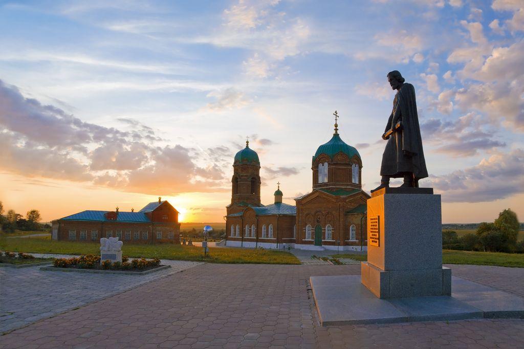 Мемориальный комплекс с крестом Гостиницы и турагентства Ваза. Токовский гранит Киров